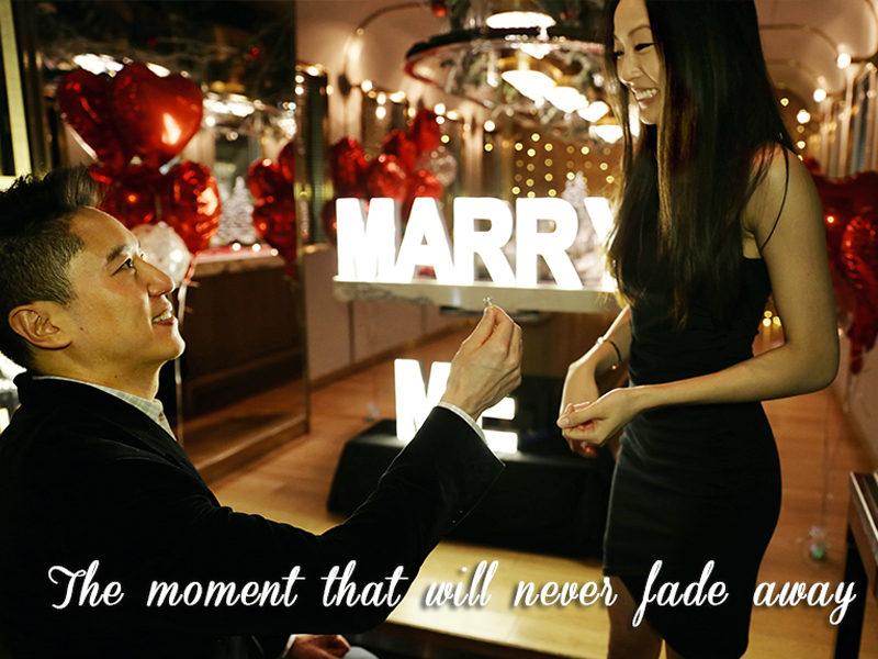 男主角在酒店餐廳包廂,製造了溫馨感動的浪漫場面